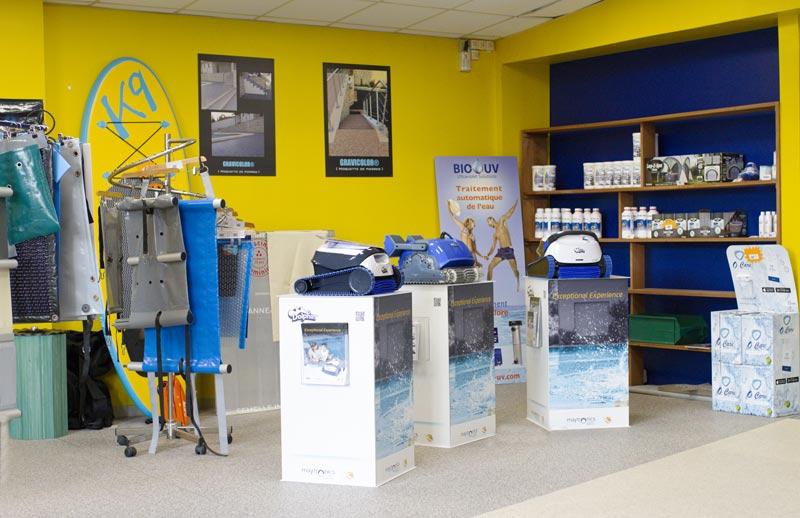 Intérieur du magasin de Piscines Concept, matériel de piscines, produits d'entretien de piscines.